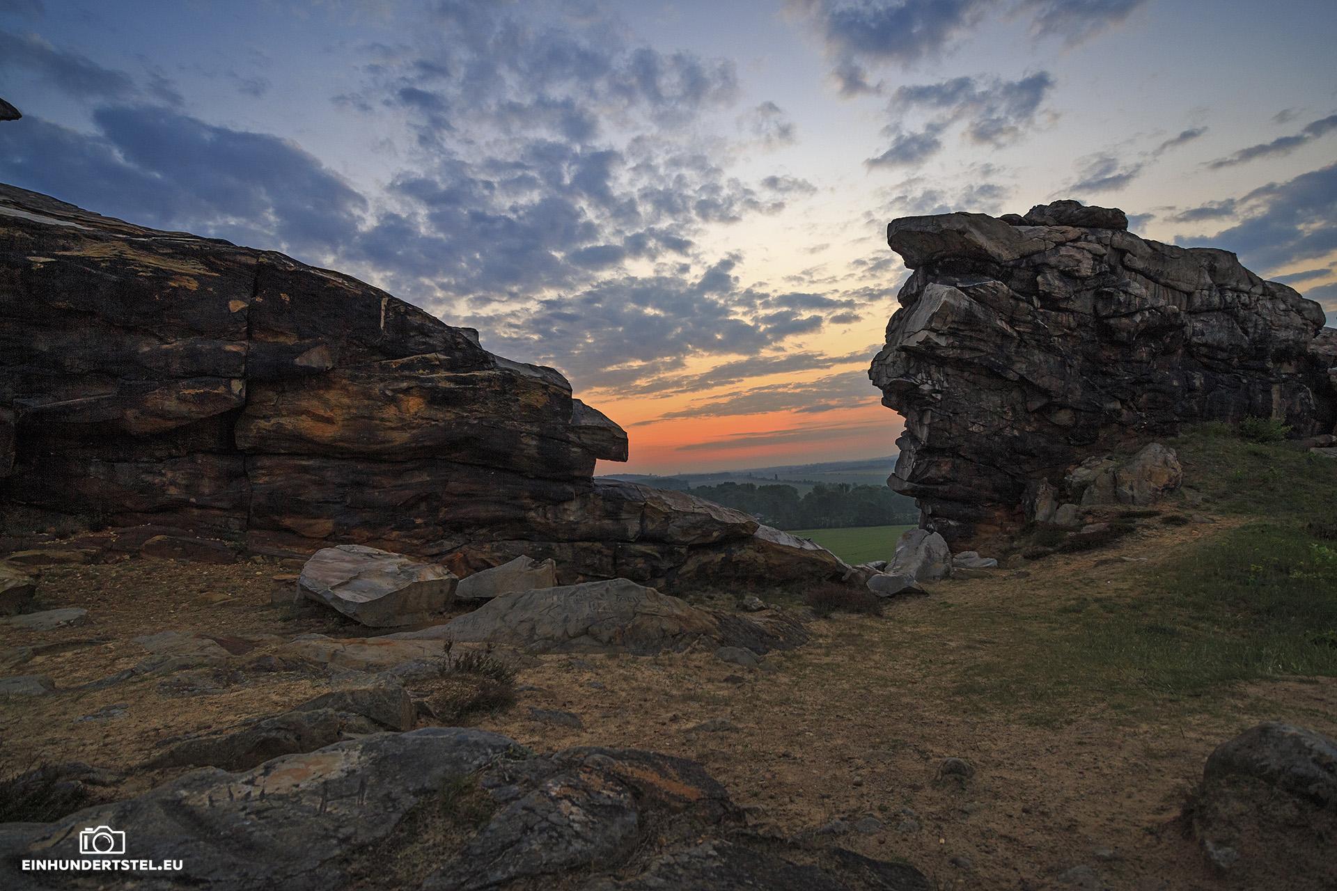 Felsen der Teufelsmauer im Sonnenaufgang. Leicht bewölkt.