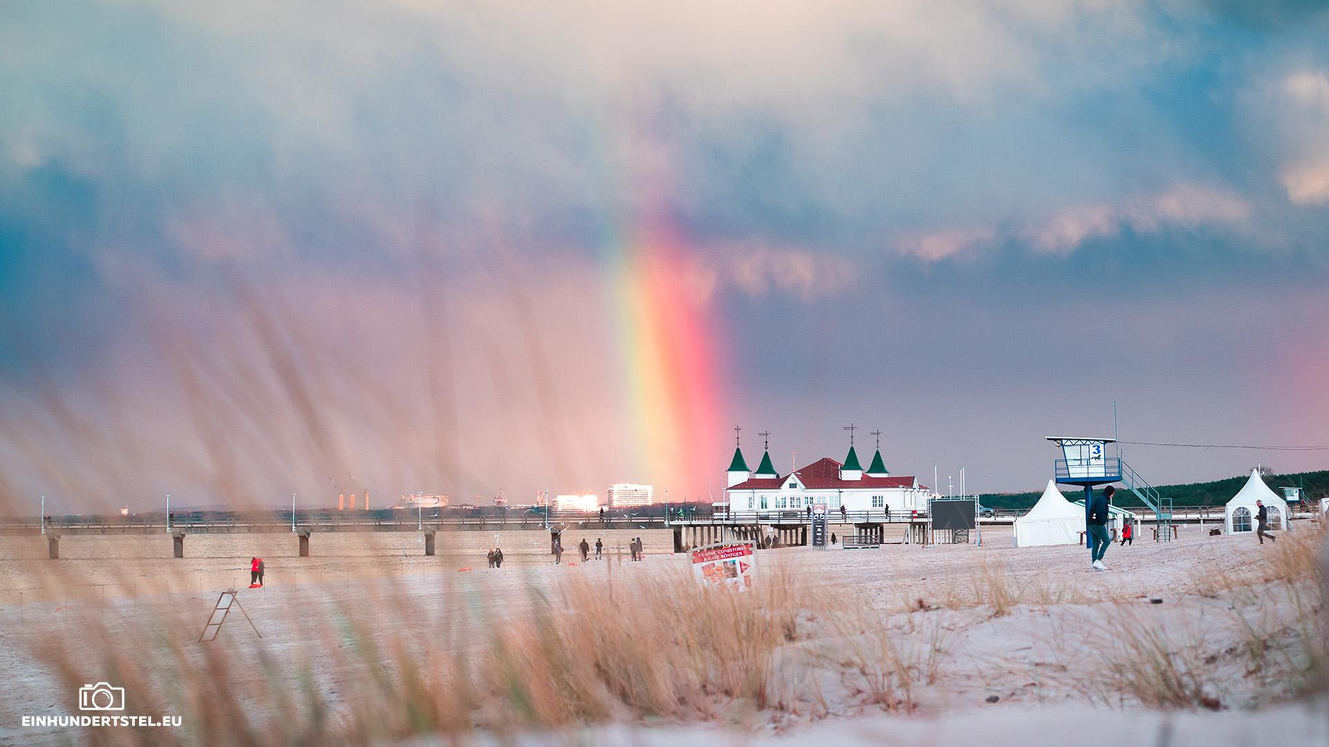 Regenbogen hinter der Seebrücke Ahlbeck auf Usedom.