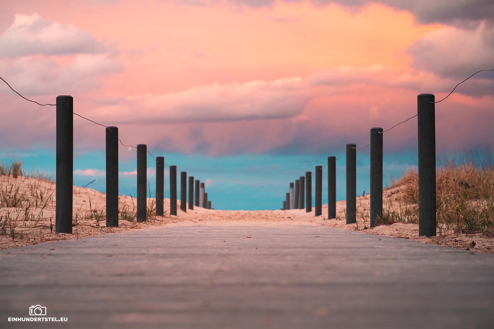 Weg zum Strand in Ahlbeck bei Sonnenuntergang mit farbenfrohen Wolken.