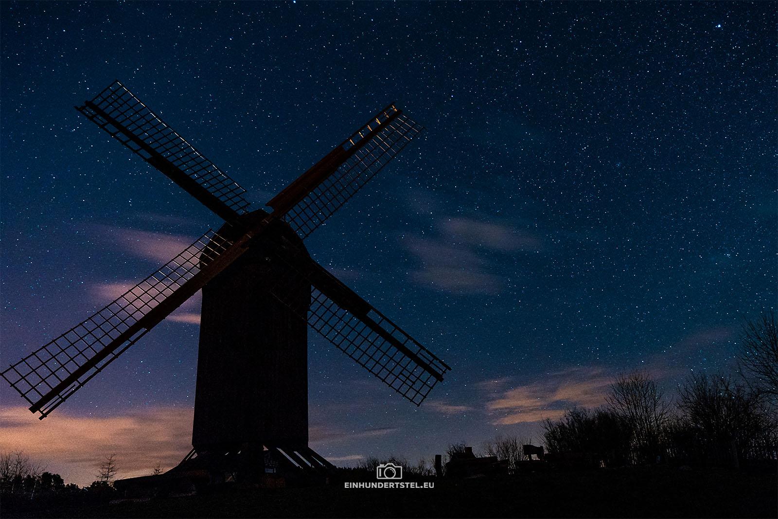 Blockwindmühle auf Usedom bei Nacht mit Sternenhimmel.
