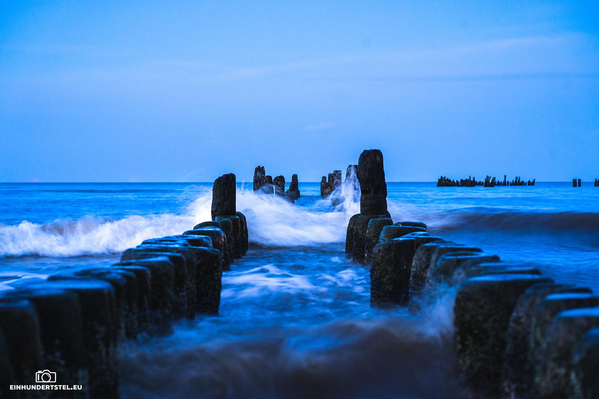 Wellenbreche bei der Seebrücke in Heringsdorf auf Usedom zur blauen Stunde.
