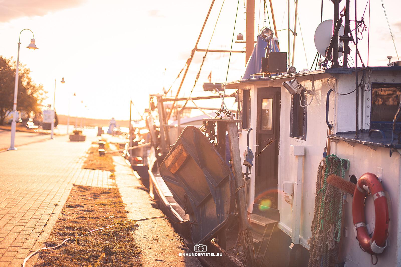 Hafen in der Nähe von Karlshagen. Boot im Sonnenuntergang