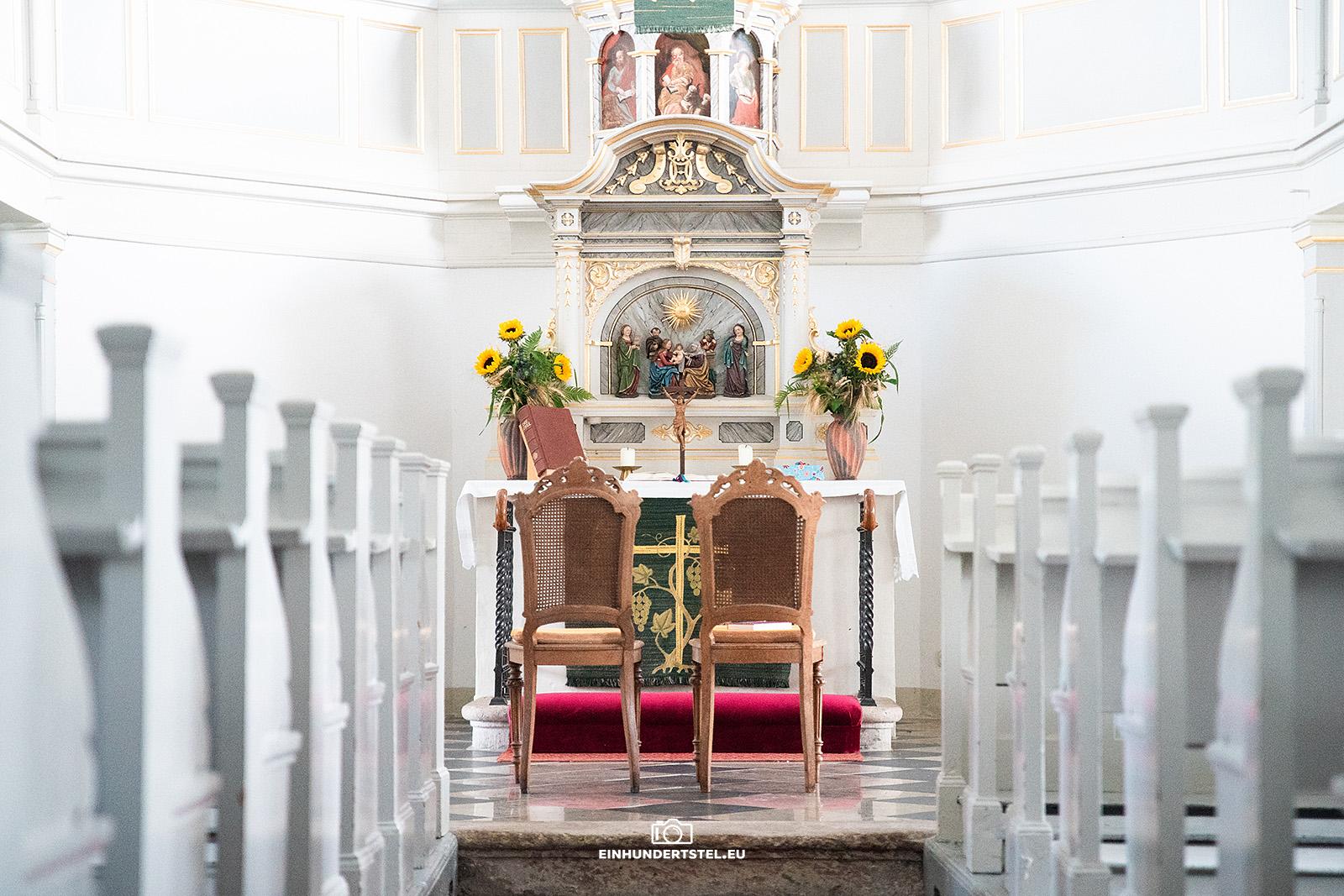 Altar der Kirche Geyersdorf, davor zwei Stühle