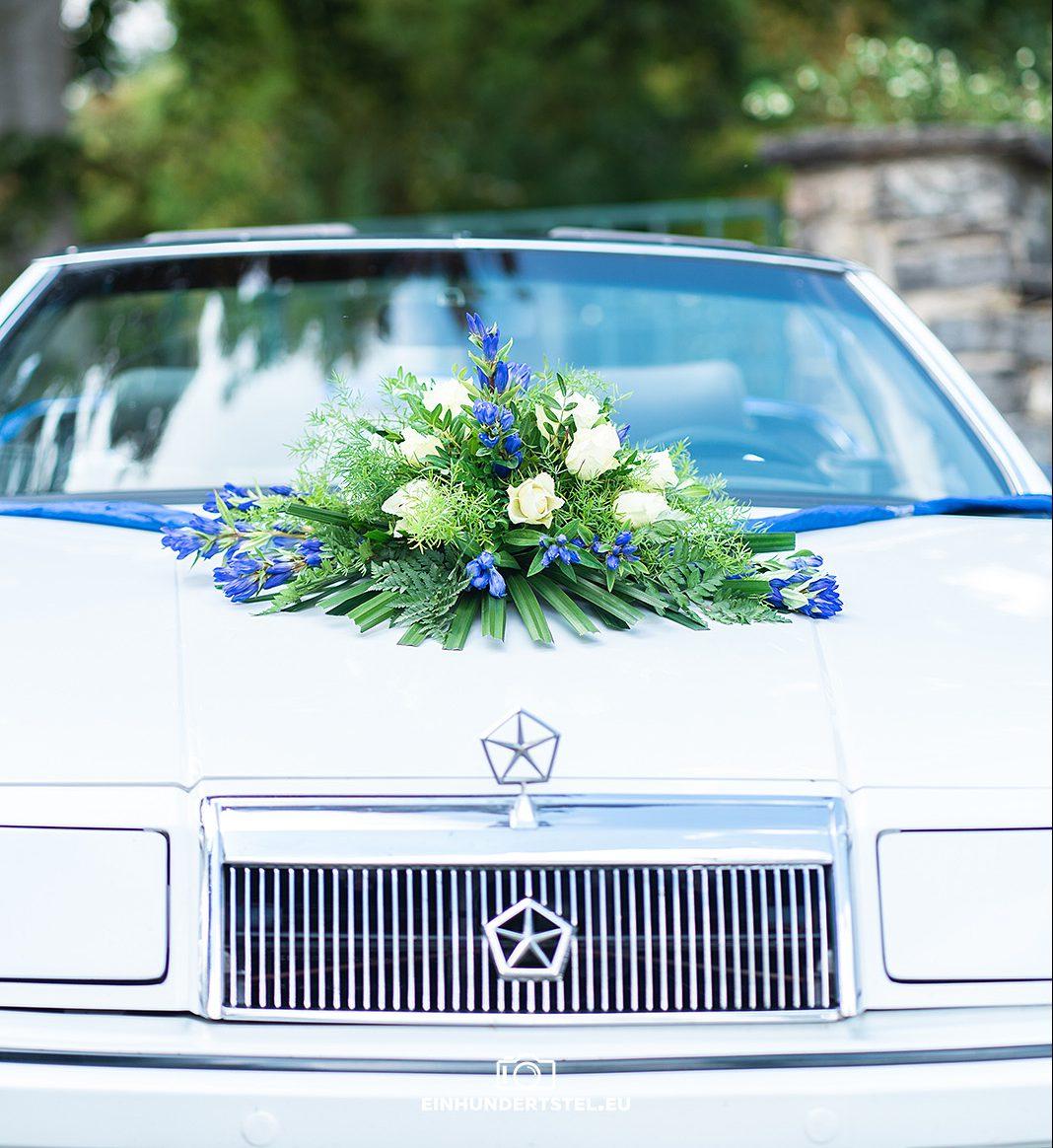 Front des Cabrios mit Hochzeitsschmuck