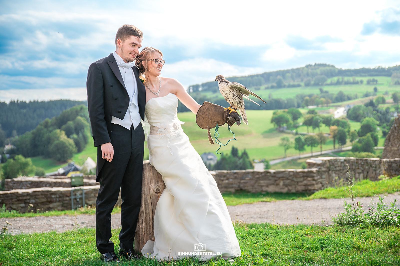 Brautpaar mit Falke auf der Hand