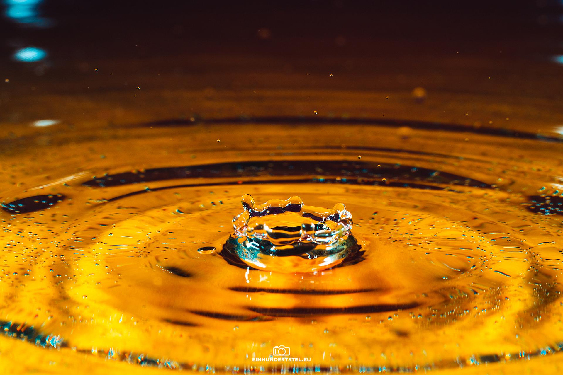 Goldene Wasserspritzer.